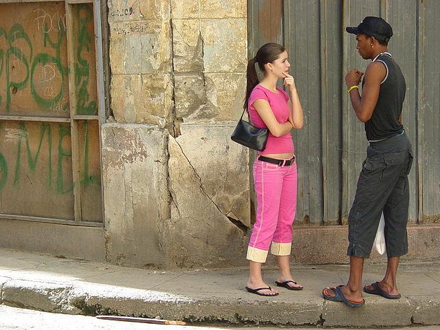 640px-Young_Woman_and_Man_on_the_Street_-_Centro_Habana_-_Havana_-_Cuba